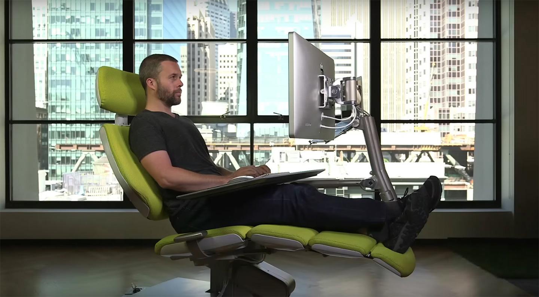 El escritorio del futuro ya est aqu trabajar tumbado es for Ergonomia en muebles de casa