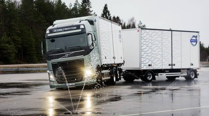 Volvo Trucks elimina el efecto tijera de los camiones articulados [Laboratorio Tecmovia] - Tecmovia